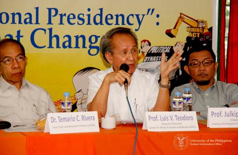 Beteranong mamamahayag at propesor na si Luis Teodoro (gitna). (UP System Information Office)