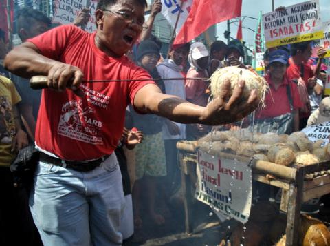 Willy Marbella ng KMP, sa koprasang bayan sa Malakanyang noong Oktubre 19 para igiit ang pagbalik ng coco levy fund (Macky Macaspac)