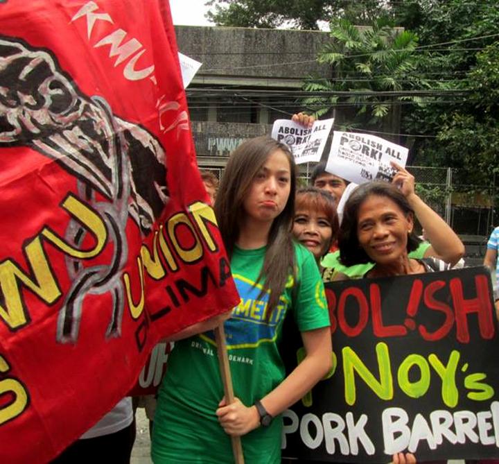 Sandaling pakikiisa ng aktres na si Cristine Reyes sa protesta kontra pork barrel nitong Biyernes, Setyembre 20. (Judy Taguiwalo)